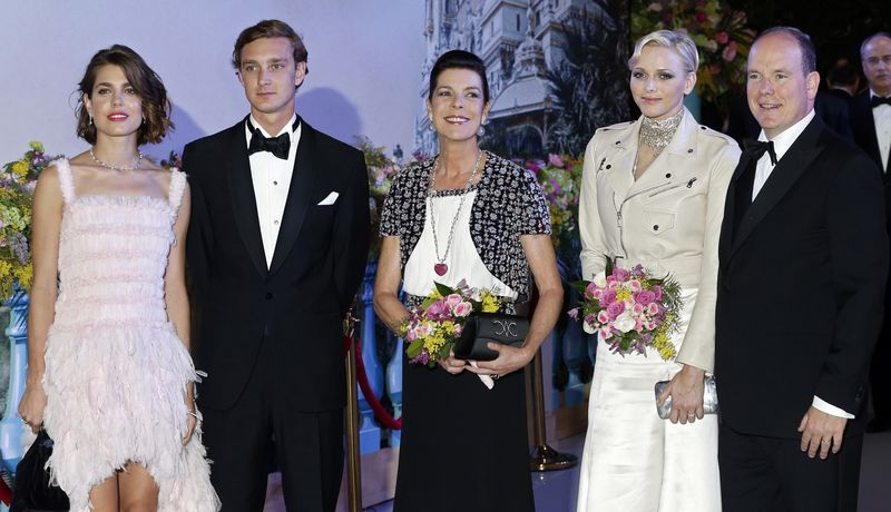 Fürst Albert von Monaco mit seiner Frau Charlene sowie Schwester Caroline und ihren Kindern Charlotte und Pierre