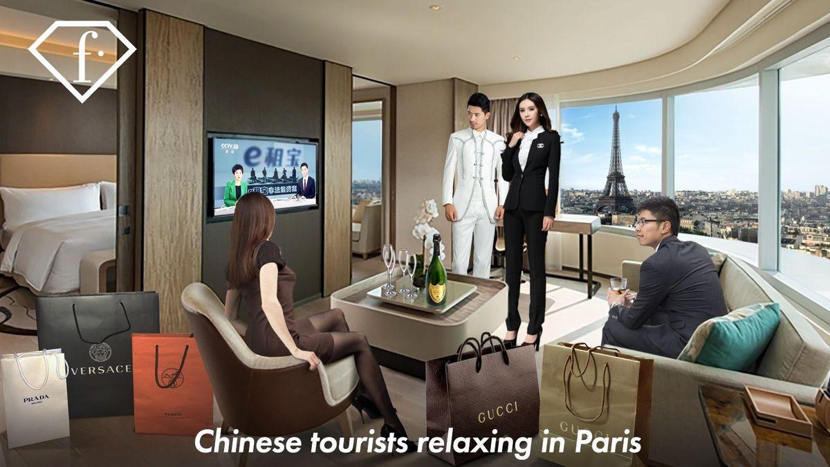 Chinesische Touristen entspannen sich beim Fernsehen im Hotel in Paris