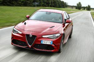 Mille Miglia macht Station am Alfa Romeo Werksmuseum in Arese: Formel-1-Fahrer Marcus Ericsson und Charles Leclerc begrüßen Oldtimer-Teams