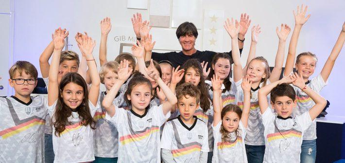 Jogi Löw trifft seine jüngsten Fans