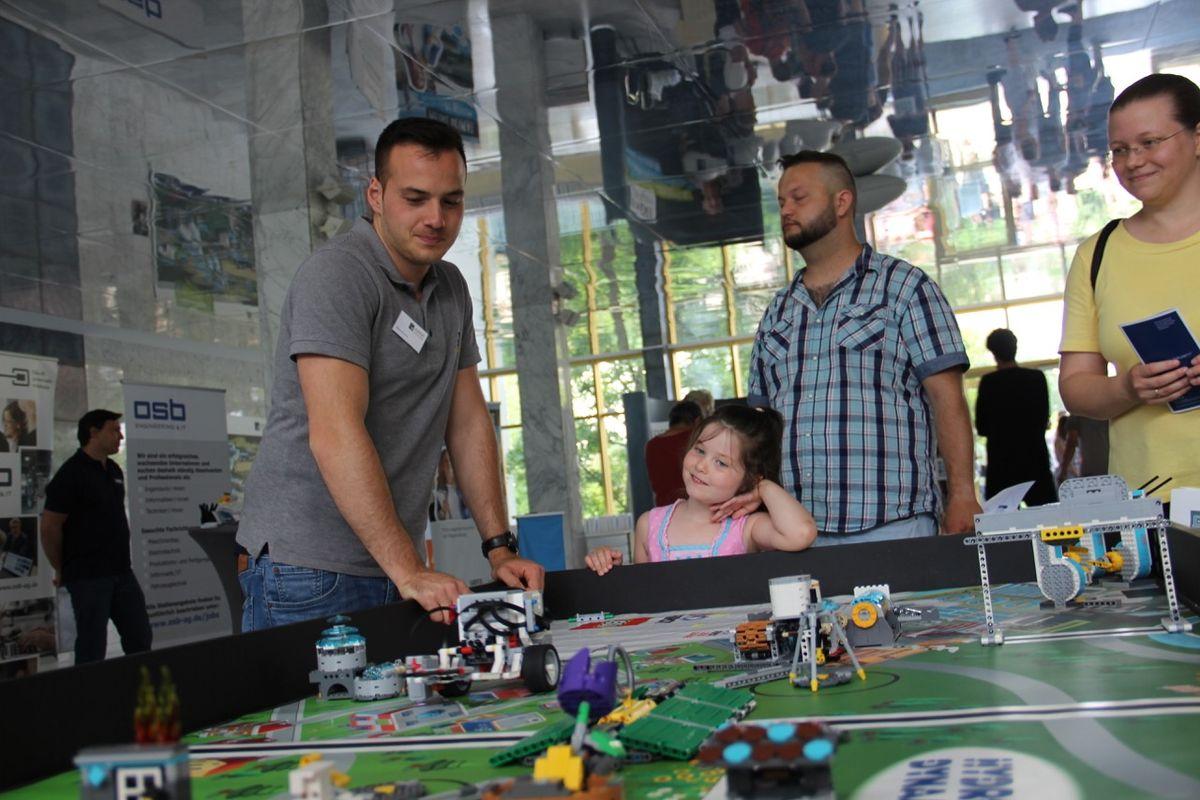 Die Lego-Robo-Station macht Technik spielerisch erlebbar: Durch das Bauen und Programmieren der Lego-Roboter werden entscheidende Fähigkeiten für die Wirtschaft 4.0 vermittelt.