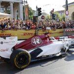 """Alfa Romeo zeigt Formel-1-Rennwagen auf Straßenfest """"F1 Unleash"""" in Mailand"""