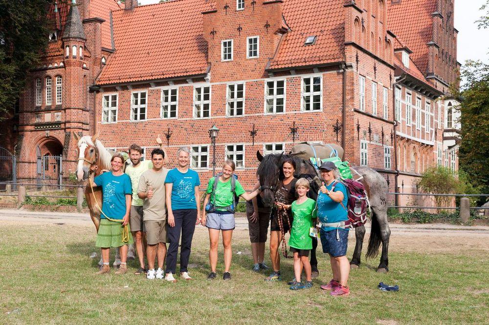 Silva Gonzalez mit dem MUT-TOUR-Team der Pferde-Etappe Lüneburg-Ratzeburg in Hamburg Bergedorf am Brunnen (Kaiser-Wilhelm-Platz) sowie vor dem Bergedorfer Schloss.