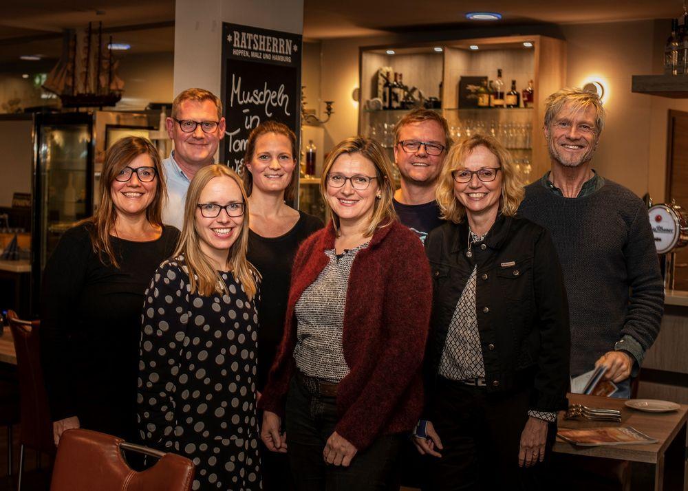 Das Team des Ostsee Magazins 2019: <br>Vorne v.l.n.r.: Julia Prange, Katja Lauritzen (OHT), Ulrike Pech (Ulrike Pech Kommunikation) <br>Hinten v.l.n.r.: Constanze von Rauschenbach (Rauschenbach Design), Michael Scheil, Wiebke Staschik, Sven Muchow (Balticum Verlagsgesellschaft), Oliver Franke