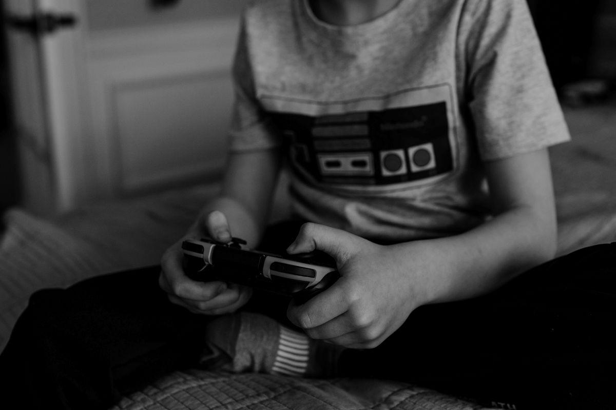 Kinder bis etwa sechs Jahre spielen und schauen am besten gemeinsam mit ihren Eltern.