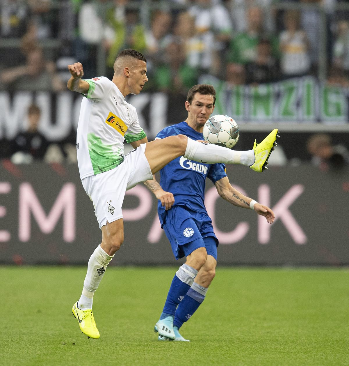 László Bénes (Borussia Mönchengladbach) im Zweikampf mit Benito Raman (FC Schalke 04).  <br>(ddp images)