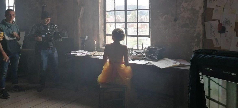 Reizender Film über das Können von Schneiderinnen