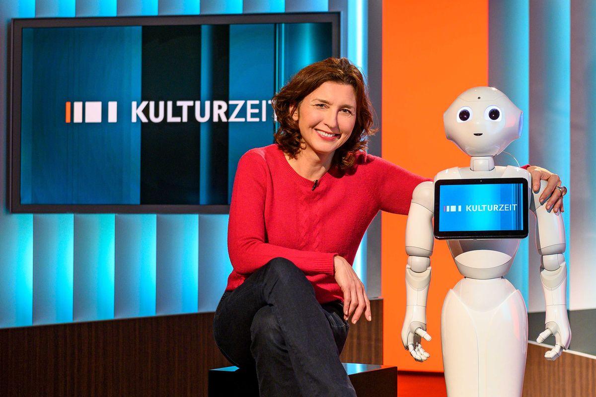 Moderatorin Cécile Schortmann mit Roboter Pepper