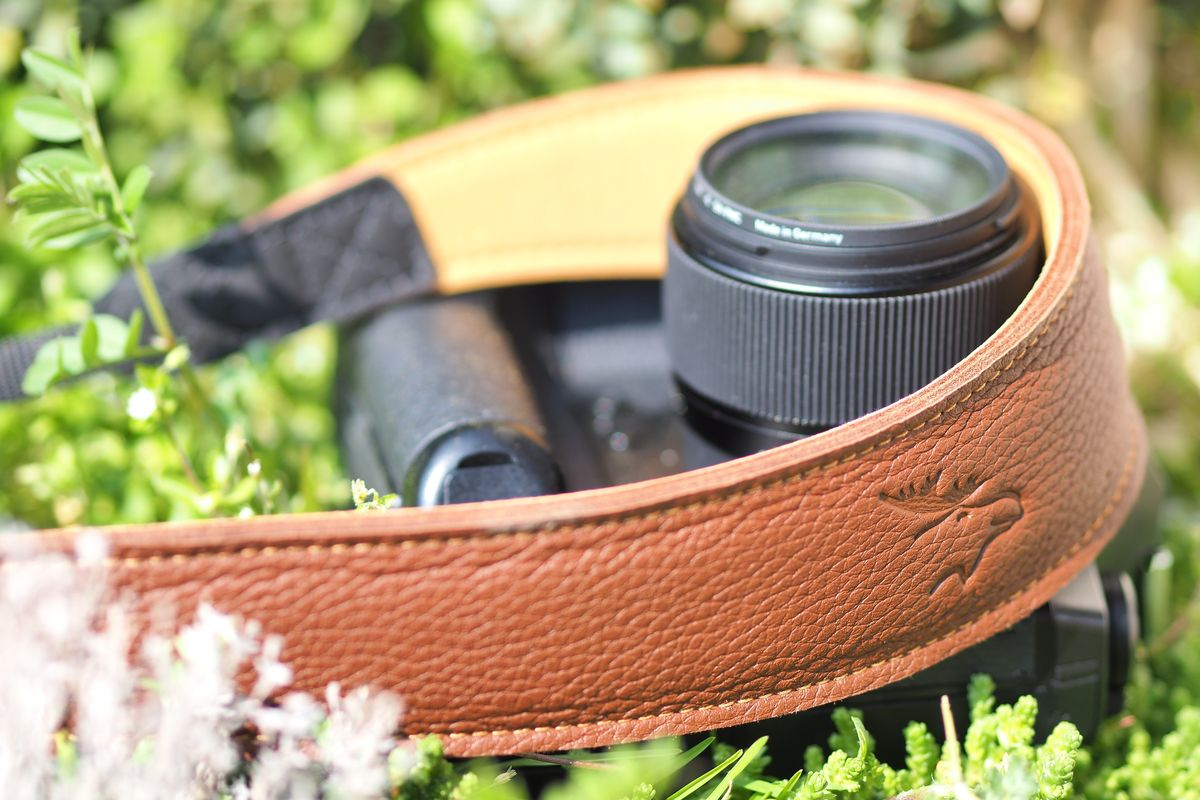 Cognac - je nach Gewicht der Kamera bzw. des Fernglases gibt es die Kameragurte in 33 mm, 35 mm und 50 mm Breite.