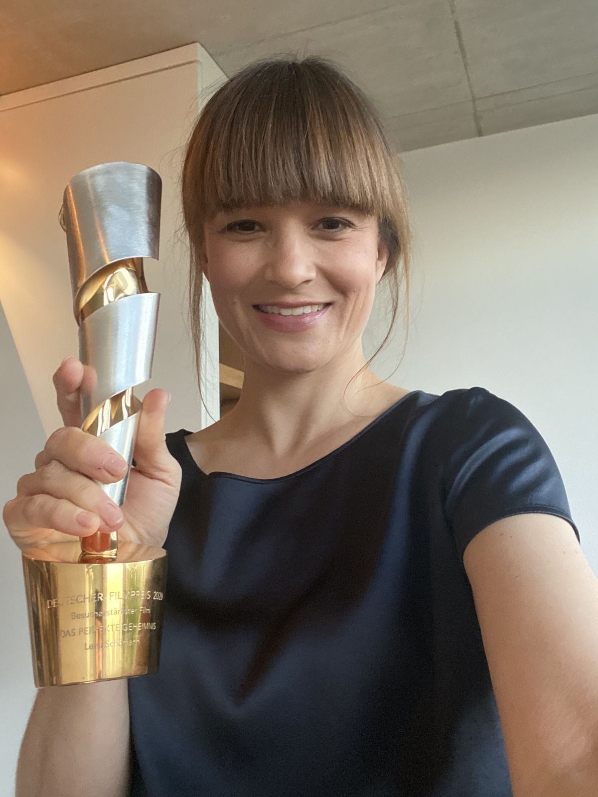 """Lena Schömann zeigt die """"Goldene Lola"""""""