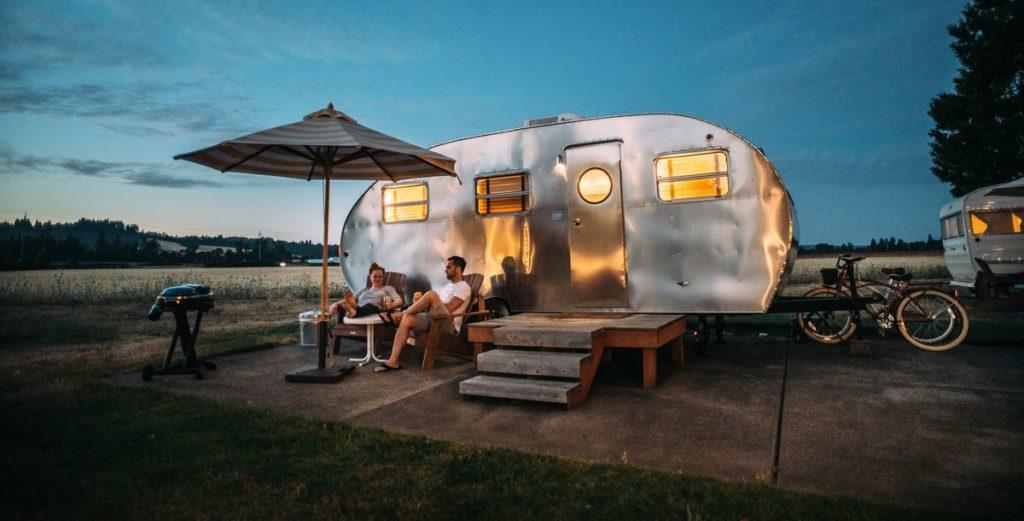 Im Bücherregal: Campingführer des ADAC