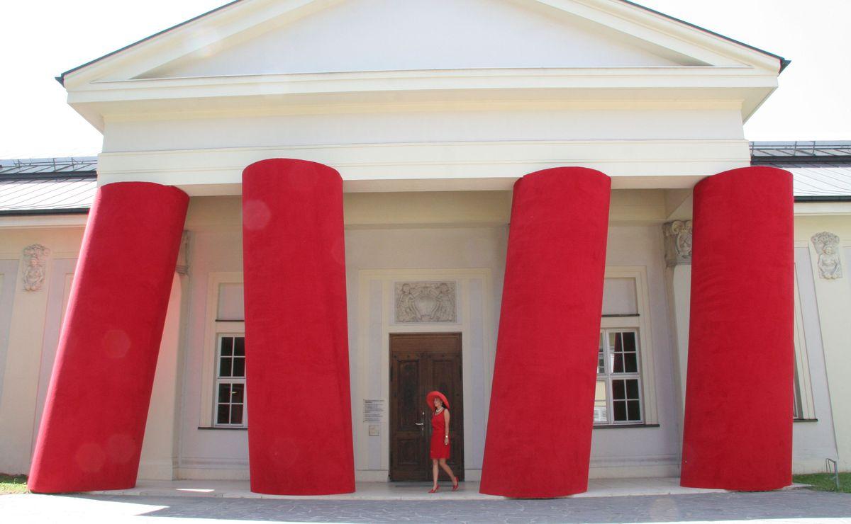 Optisch nicht zu übersehendes Aushängeschild der Ostdeutschen Galerie: Die Säuleninstallation von Magdalena Jetelová aus leuchtend rotem Schaumgummi an der Fassade des Museums.