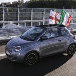 Elektrisch angetriebener Fiat 500 überquert die neue Autobahnbrücke in Genua