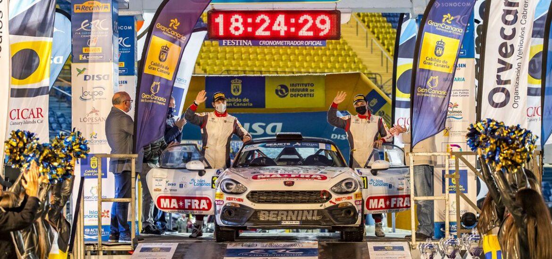 Bei der Rally Islas Canarias feiert der Italiener Andrea Mabellini feiert den Titelgewinn im Abarth Rally Cup