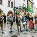 Der König aus Zamunda erwirbt fünf wertvolle europäische Wahrzeichen